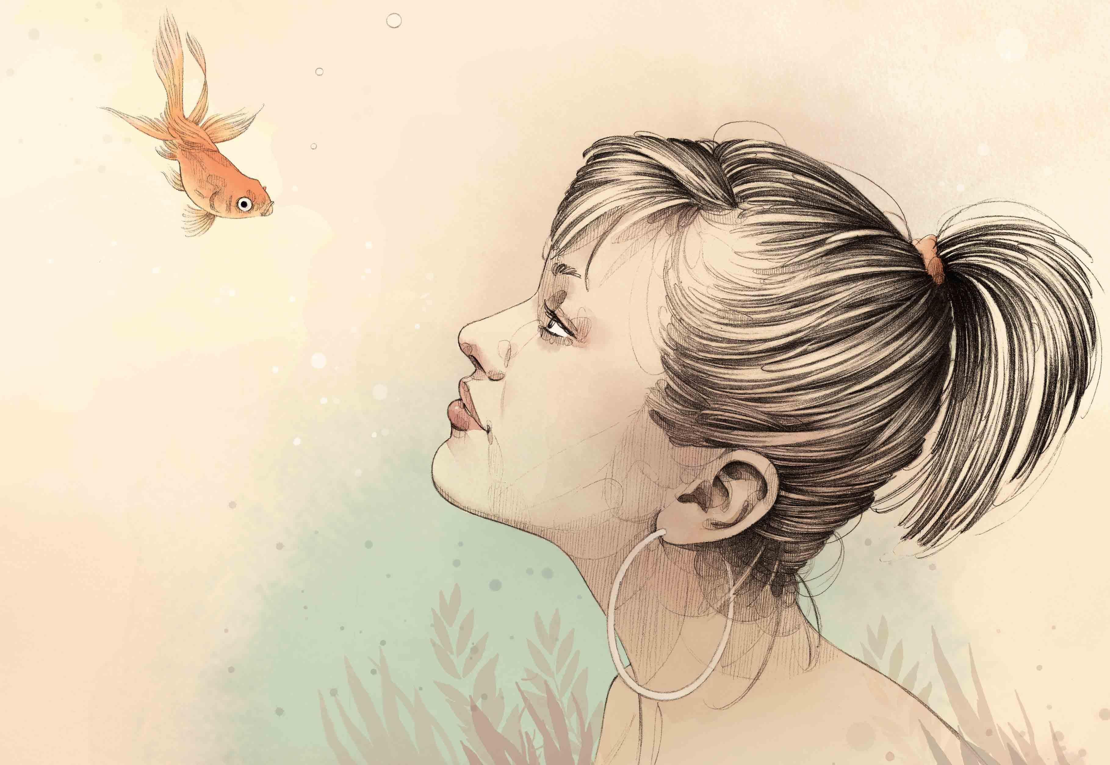 Femme regarde un poisson miniature